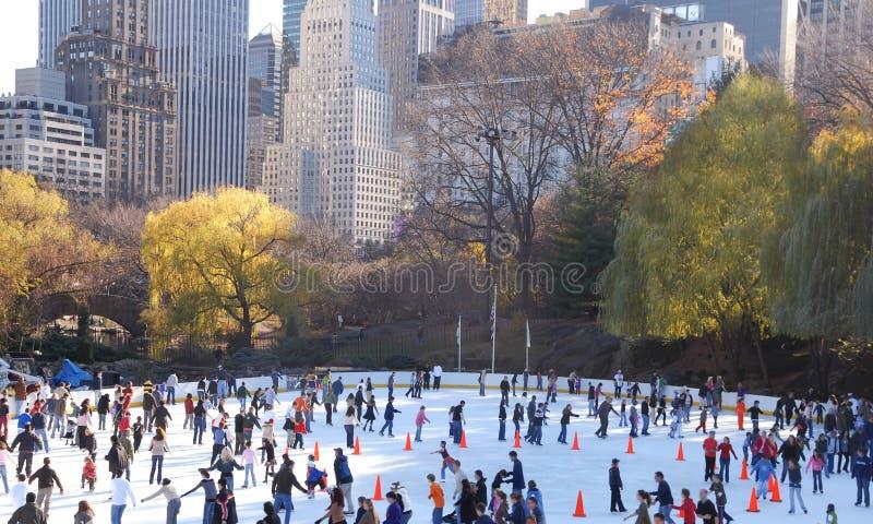 Patinaje de hielo en Central Park fotos de archivo