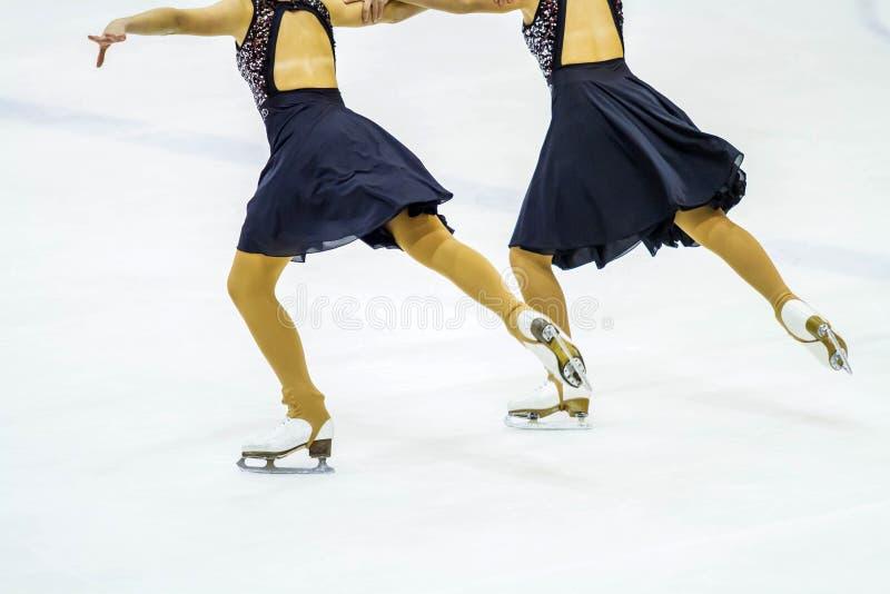 Patinaje de hielo en el hielo fotos de archivo