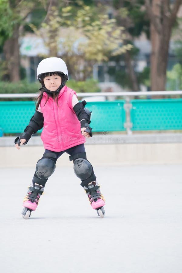 Patinaje sobre ruedas del juego de la muchacha foto de archivo libre de regalías