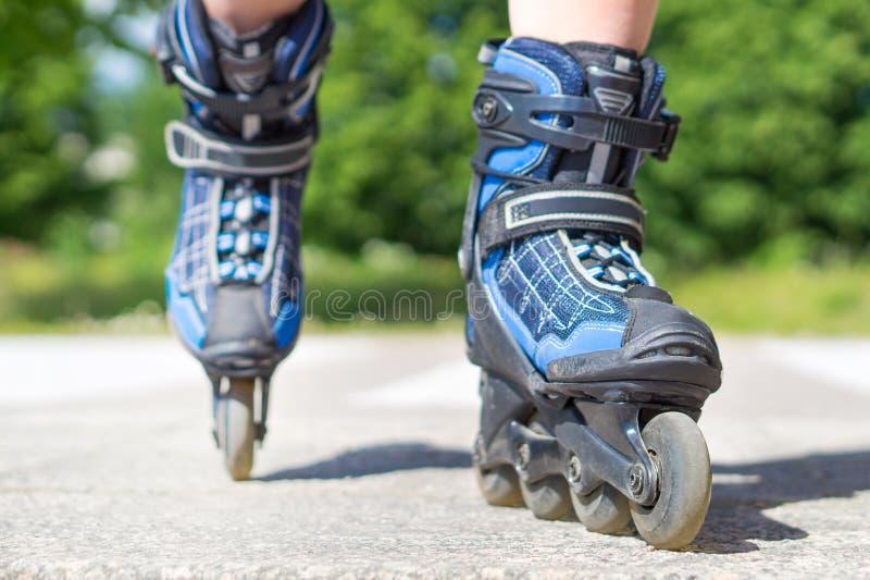 Patinaje sobre ruedas en verano foto de archivo libre de regalías