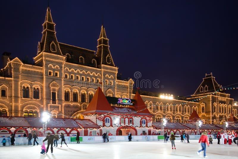 Patinar-pista no quadrado vermelho em Moscovo na noite foto de stock