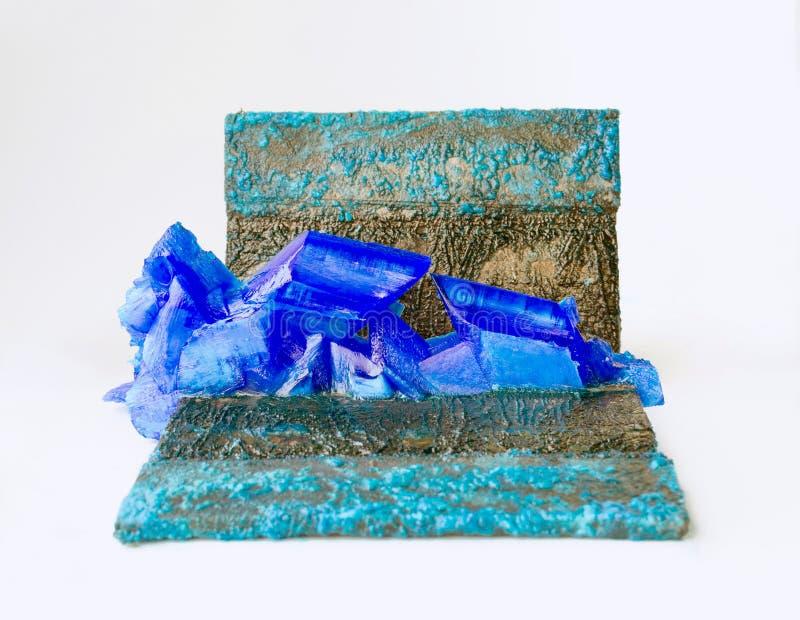 Patine et cristaux de vitriol bleu sur des anodes de plats de cuivre de plan rapproché galvanique d'installation images libres de droits