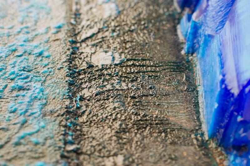 Patine et cristaux de vitriol bleu sur des anodes de plats de cuivre de plan rapproché galvanique d'installation images stock