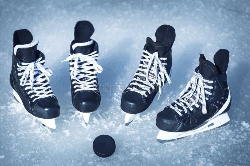 Patines para los deportes de invierno en el aire abierto en el hielo imagen de archivo libre de regalías