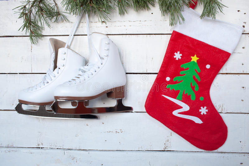 Patines y ramas del calcetín y del pino de la Navidad foto de archivo libre de regalías