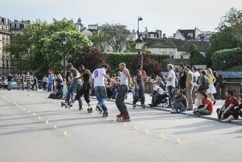 Patineurs intégrés exécutant pour une foule, Paris, France images stock