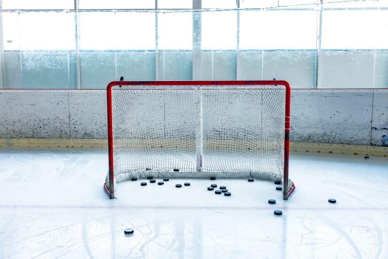 Patinoire de hockey sur glace et filet vide image libre de droits