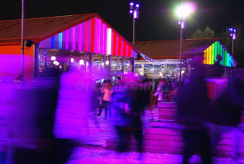 Patinoire en parc de Gorki à Moscou Scène de nuit image stock