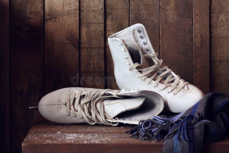 Patins de figura fêmea brancos Sapatas dos esportes fotografia de stock
