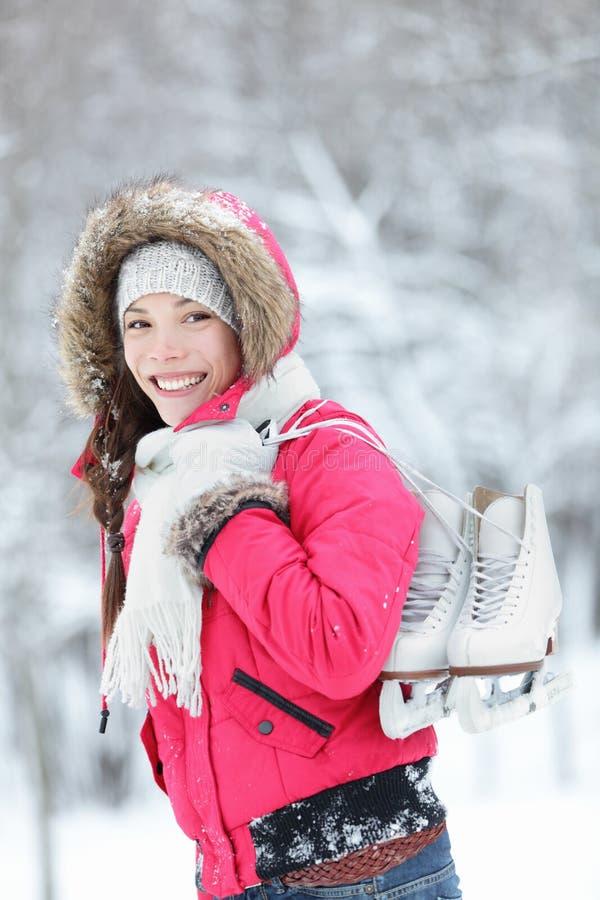 Patins de gelo asiáticos bonitos da terra arrendada da mulher imagens de stock