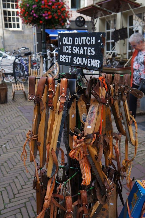 Patins de gelo holandeses antigos que penduram na rua imagens de stock royalty free