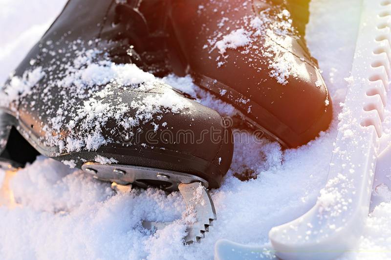 Patins de glace dans la neige images stock