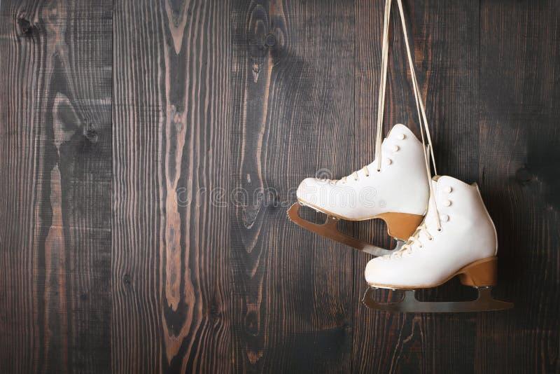 Patins de glace sur un fond en bois photo stock