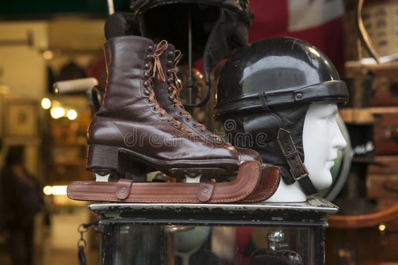 patins e vintage de gelo na feira da ladra fotos de stock