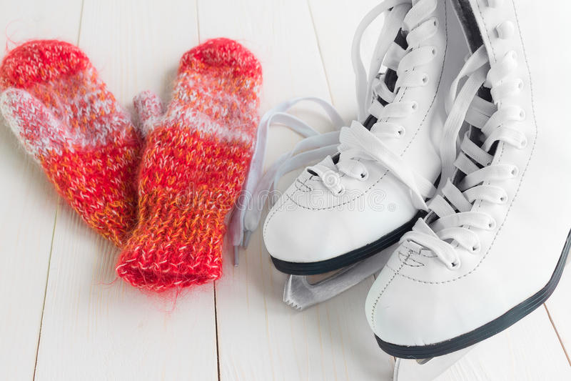 Patins para a patinagem artística e os mitenes imagem de stock