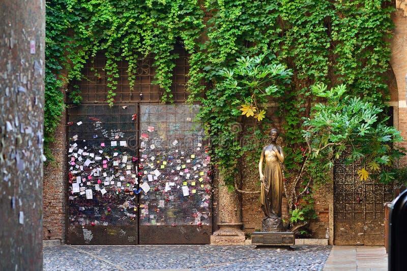 Patio και άγαλμα Juliet, Βερόνα, Ιταλία στοκ φωτογραφίες με δικαίωμα ελεύθερης χρήσης