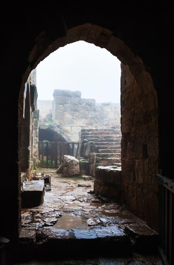 Patio στο μεσαιωνικό κάστρο Ajlun στην Ιορδανία στη βροχή στοκ εικόνες