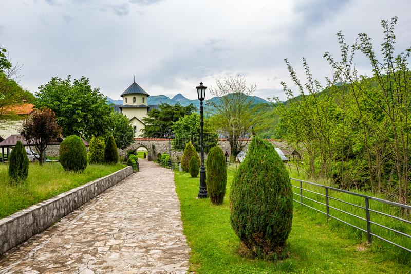 Patio στο πάρκο που οδηγεί στη Ορθόδοξη Εκκλησία στη Σερβία στοκ εικόνες