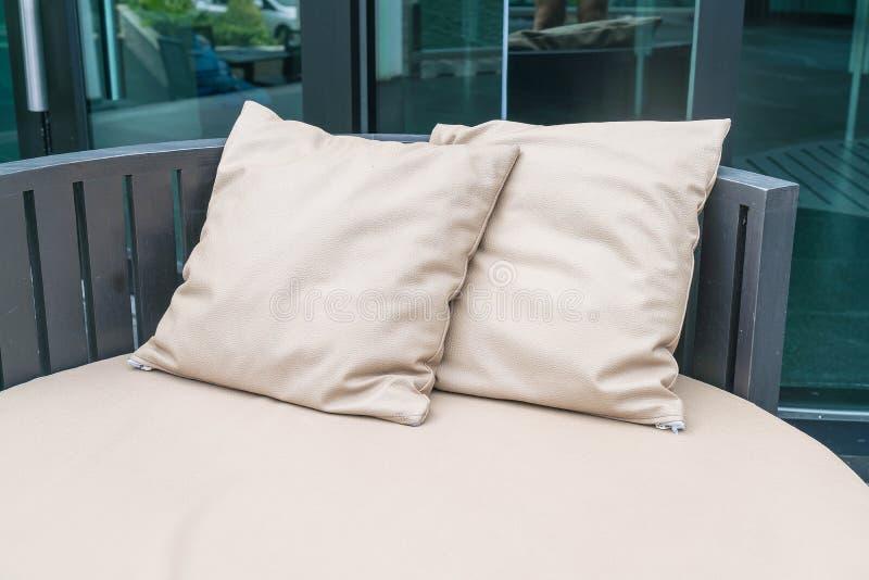Patio al aire libre de lujo hermoso con la almohada en el sofá imagen de archivo