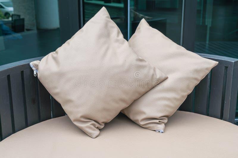 Patio al aire libre de lujo hermoso con la almohada en el sofá foto de archivo libre de regalías