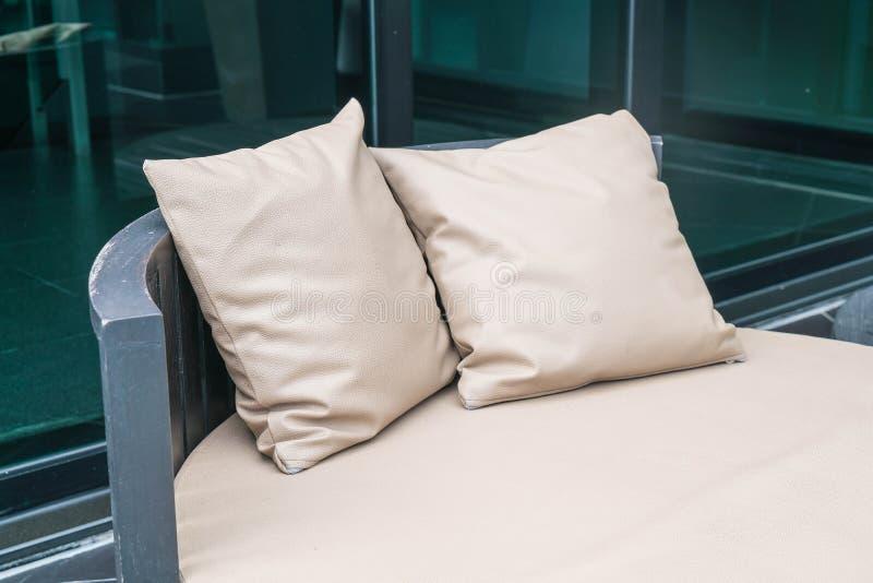 Patio al aire libre de lujo hermoso con la almohada en el sofá imágenes de archivo libres de regalías