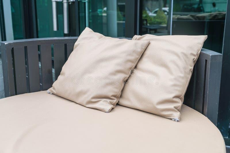 Patio al aire libre de lujo hermoso con la almohada en el sofá foto de archivo