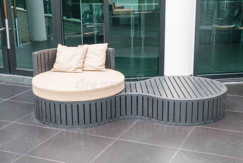 Patio al aire libre de lujo hermoso con la almohada en el sofá imagenes de archivo