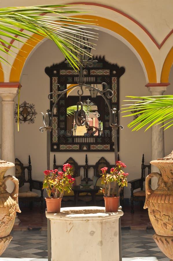 Patio al aire libre del hotel histórico en Cádiz, España fotos de archivo libres de regalías