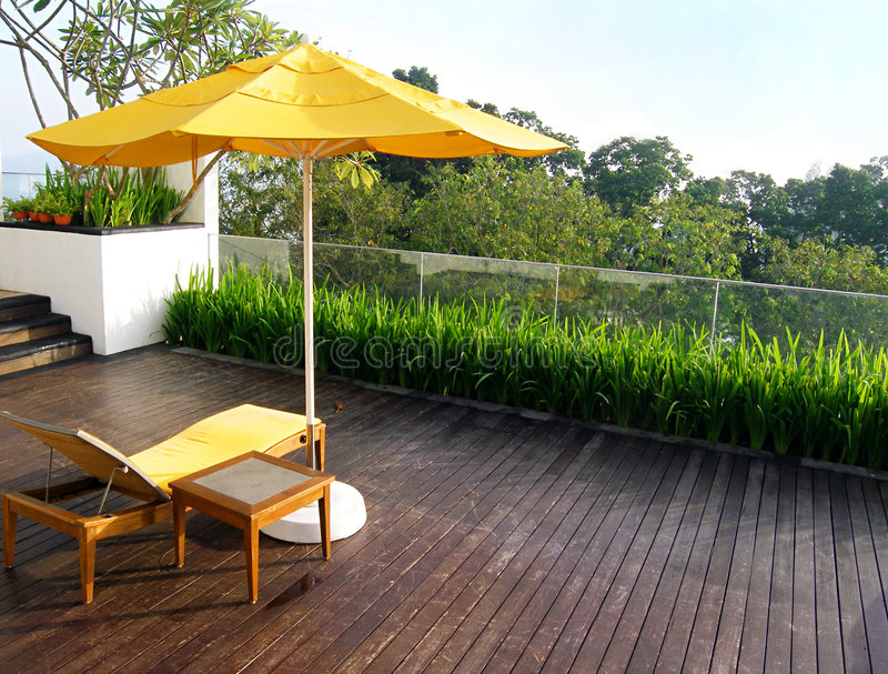 Patio al aire libre del jardín en madera fotografía de archivo