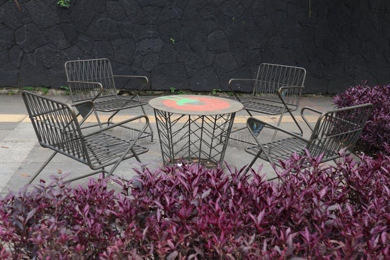 Patio al aire libre del patio trasero en ajardinar el jardín con el furnitre imagen de archivo