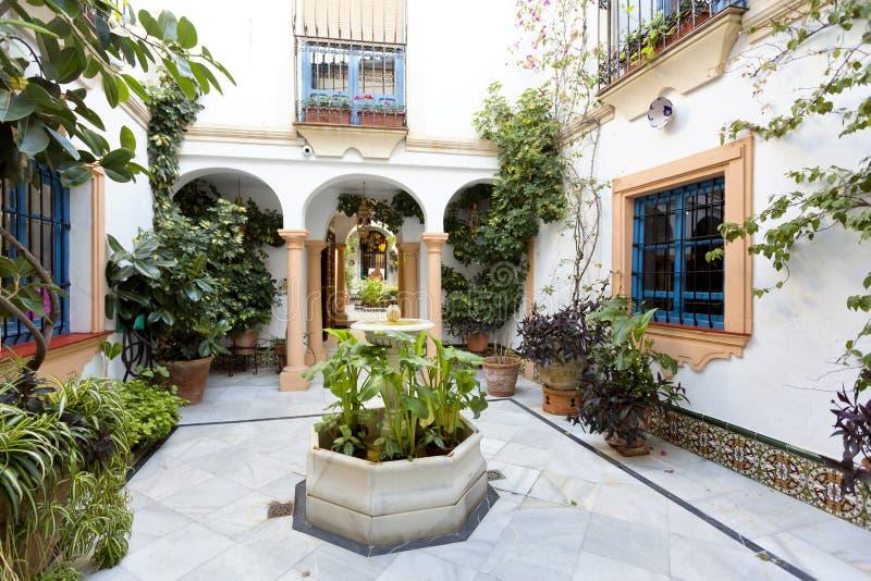 Patio andaluz t pico con la fuente y las plantas foto de - Fotos patio andaluz ...