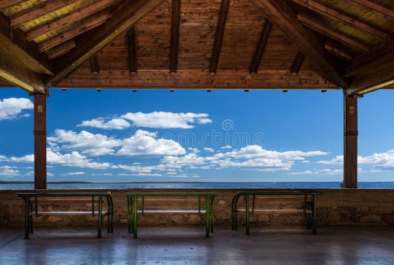 Patio avec des bancs, la vue d'océan et le ciel Perspective paisible, Skopje Macédoine photographie stock libre de droits