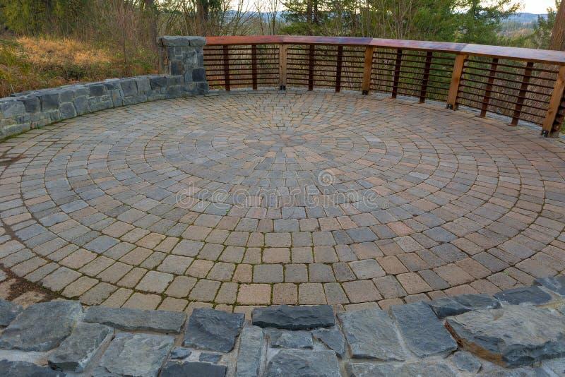 Patio circulaire de machine à paver de brique d'arrière-cour de jardin image libre de droits