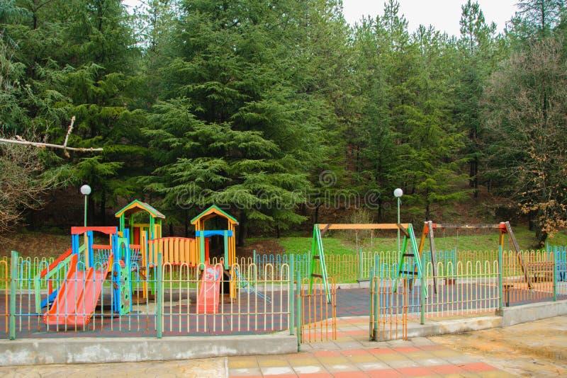 Patio colorido de los niños en la zona verde fotos de archivo