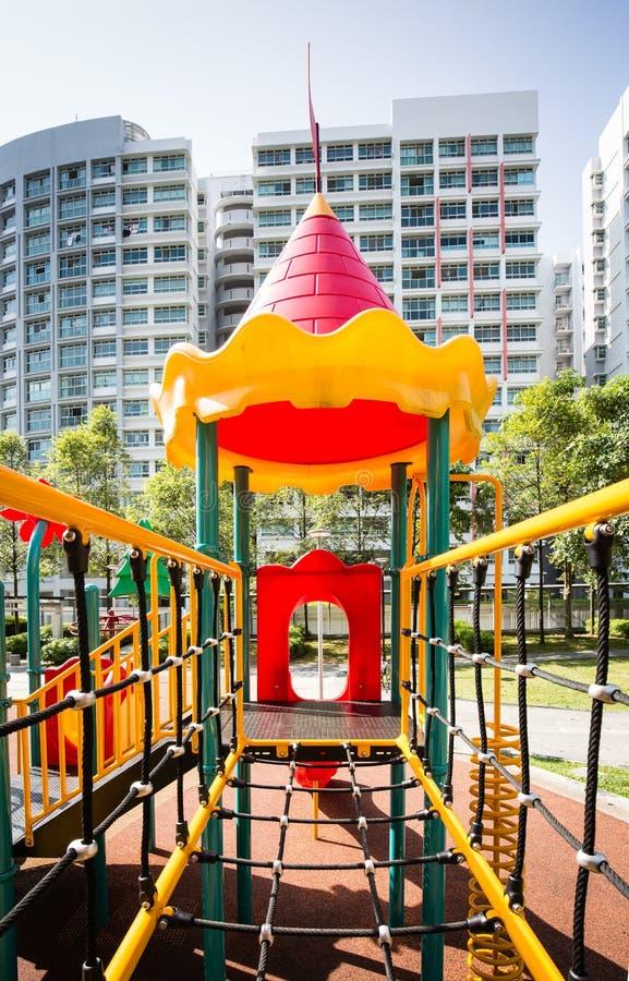 Patio colorido para los niños en área del bloque de la vivienda de protección oficial fotografía de archivo libre de regalías