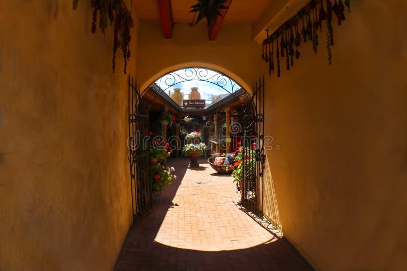 Patio colorido soleado de la tienda en Taos New México los E.E.U.U. visto a través de la entrada 7-30-2017 del túnel foto de archivo