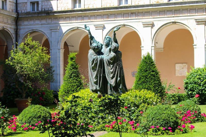 Patio con la estatua y el verdor en la abadía de Monte Cassin imagen de archivo