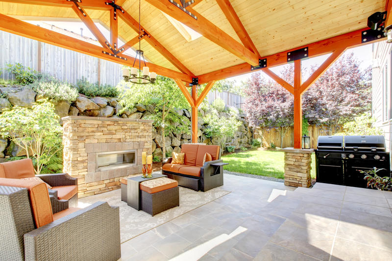 Patio couvert extérieur avec la cheminée et les meubles. photo stock