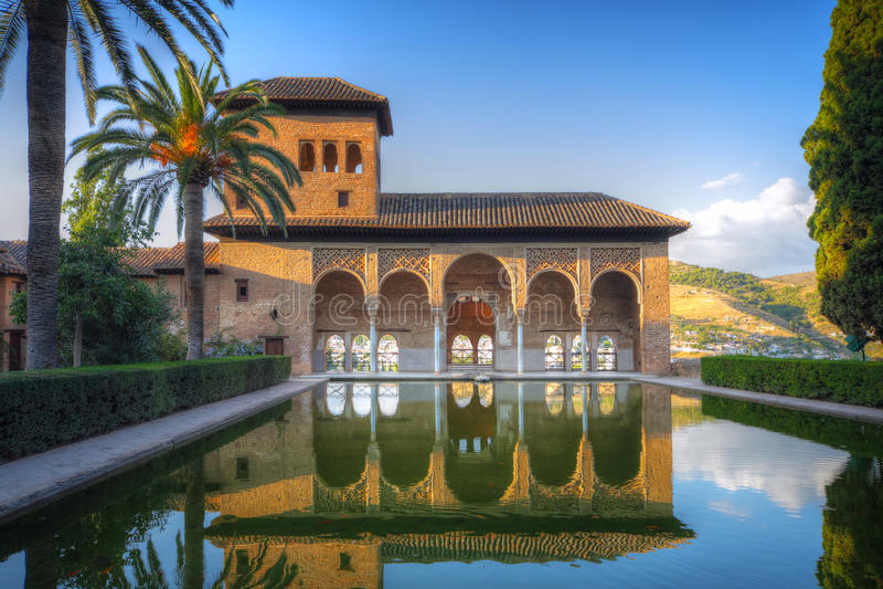 Patio de Alhambra con la piscina imágenes de archivo libres de regalías