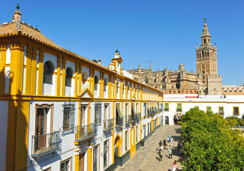 Patio de Banderas e il Giralda si elevano, Siviglia, Andalusia, Spagna fotografia stock