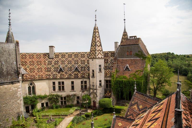 Patio de Chateau De La Rochepot desde arriba imagenes de archivo