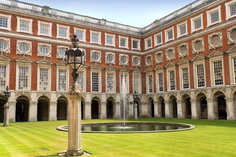 Patio de Hampton Court Palace, Londres fotos de archivo libres de regalías