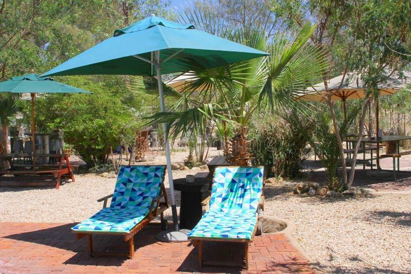 Patio de jardin de parasol de lits de Sun, station de vacances africaine, Namibie photo stock