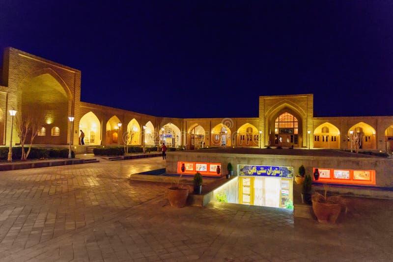 Patio de la caravanseray de Abbasi del Sah en la noche isfahán irán fotografía de archivo libre de regalías