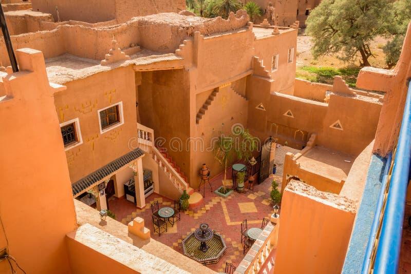 Patio de la casa en Medina Ouarzazate, Marruecos imagen de archivo