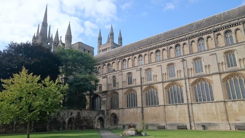 Patio de la catedral de Peterborough fotos de archivo