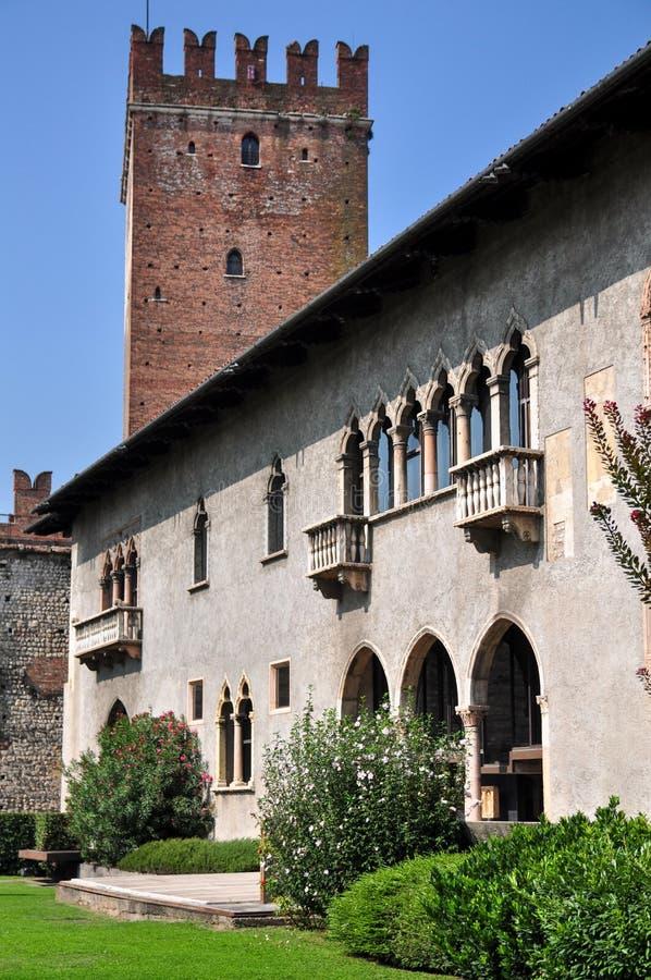 Patio de la tierra de desfile anterior dentro de los argumentos de Castelvecchio, Verona imagenes de archivo