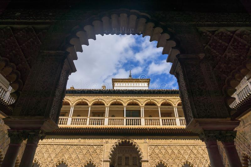 Patio de las doncellas en el palacio real del Alcazar en Sevilla, España foto de archivo libre de regalías