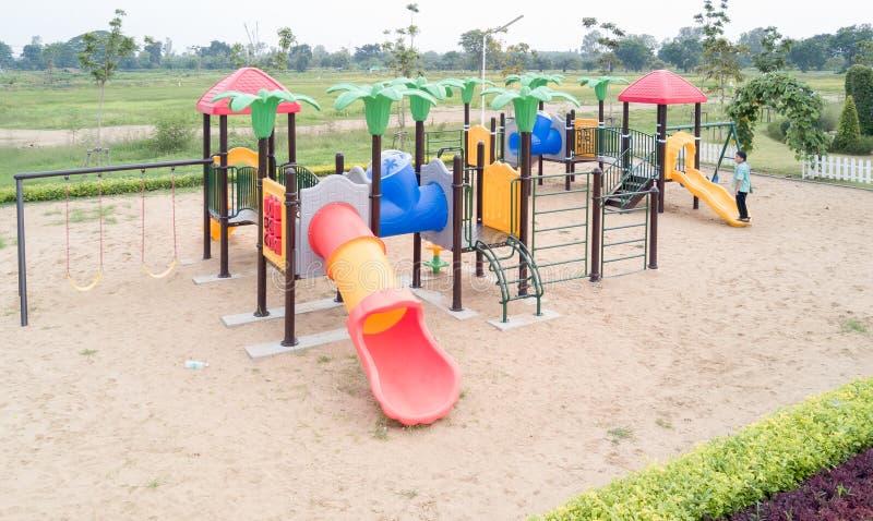 Patio de los niños en parque público foto de archivo