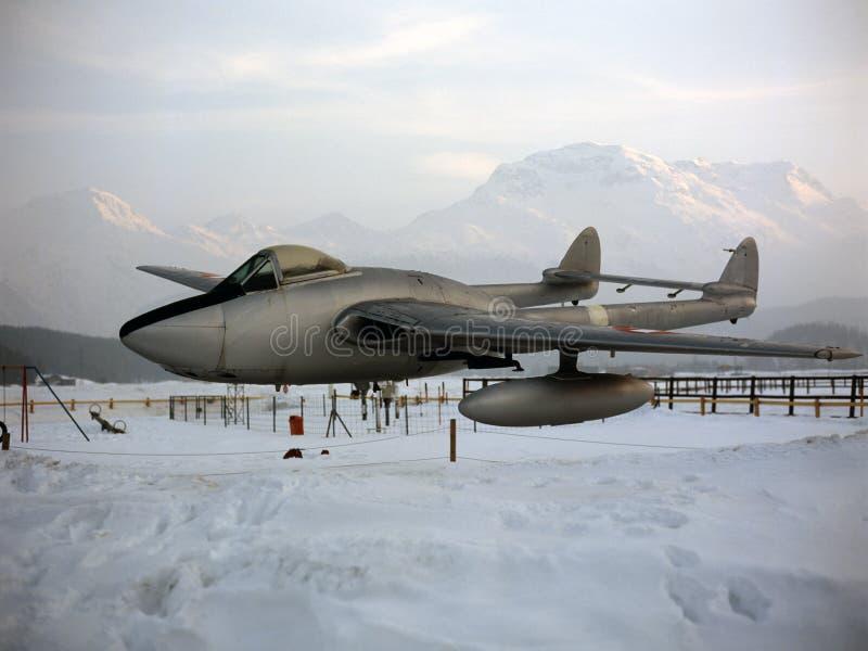 Patio de los niños/parque de atracciones en las montañas nevosas en Suiza con un aeroplano real en el parque imagen de archivo
